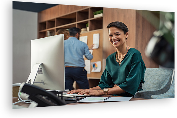 Frau arbeitet an digitalen Lösungen